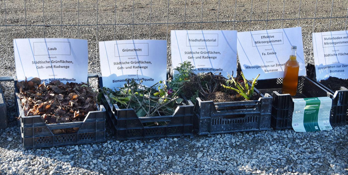 Ausgangsmaterialien der Terra Preta-Mischung sind unter anderem Laub, Grünschnitt, Mikroorganismen und zertifizierte Pflanzenkohle