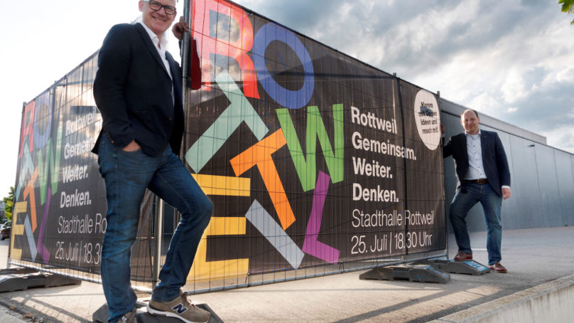 """Rottweil gemeinsam weiter denken"""": Oberbürgermeister Ralf Broß (links) und Bürgermeister Dr. Christian Ruf (rechts) laden die Bürgerinnen und Bürger zu einem kreativen Workshop in die Stadthalle ein (Foto: Stadt Rottweil)."""